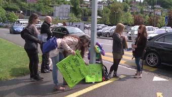 Nancy Holten demonstriert gegen die Tierhaltung im Zirkus Royal. Die Polizei musste aufgeboten werden, weil sie und der Direktor aneinandergerieten.