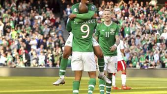 David McGoldrick und Callum Robinson (oben) bejubeln Irlands Führungstor