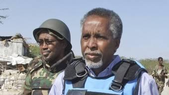 Der verletzte somalische Innenminister Abdishakur Cheikh Hassan (r.) (Archiv)