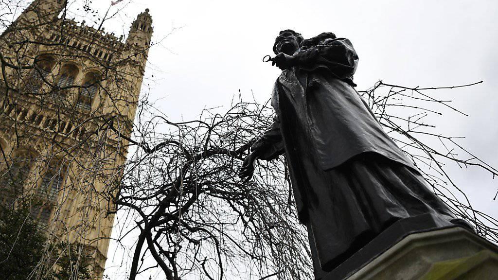 Eine Statue der Frauenrechtlerin Emmeline Pankhurst neben dem britischen Parlament. (Archiv)