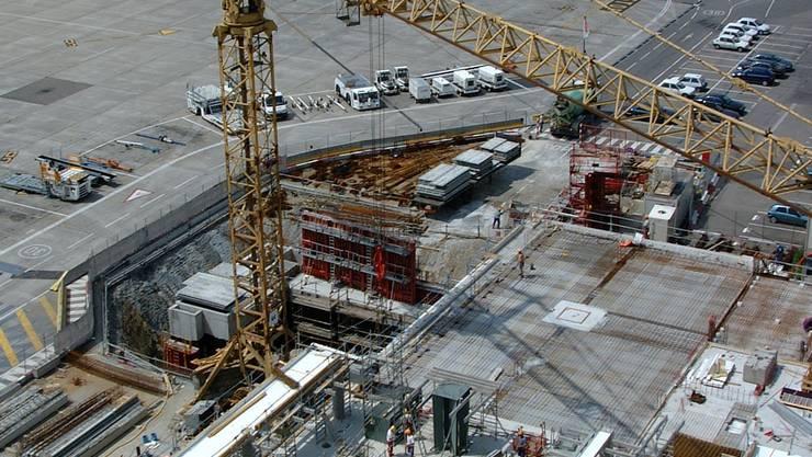 Grossbaustelle auf dem Euro-Airport im Mai 2001. Der Flughafen wurde erweitert – die Auftragsvergabe war bereits Thema.