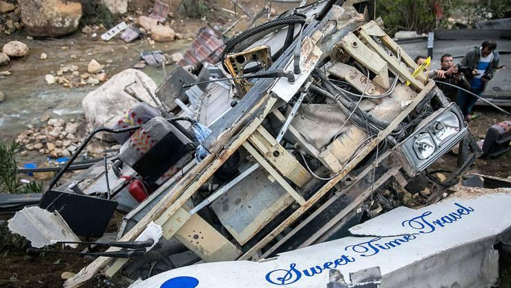 Agenturjournalisten trafen vor Ort einen komplett zerstörten Bus an.