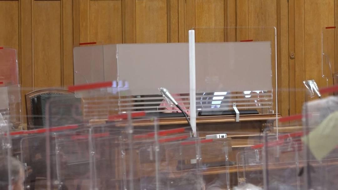 Hier erklärt Irène Kälin das Milchglas vor ihrem Platz im Nationalrat