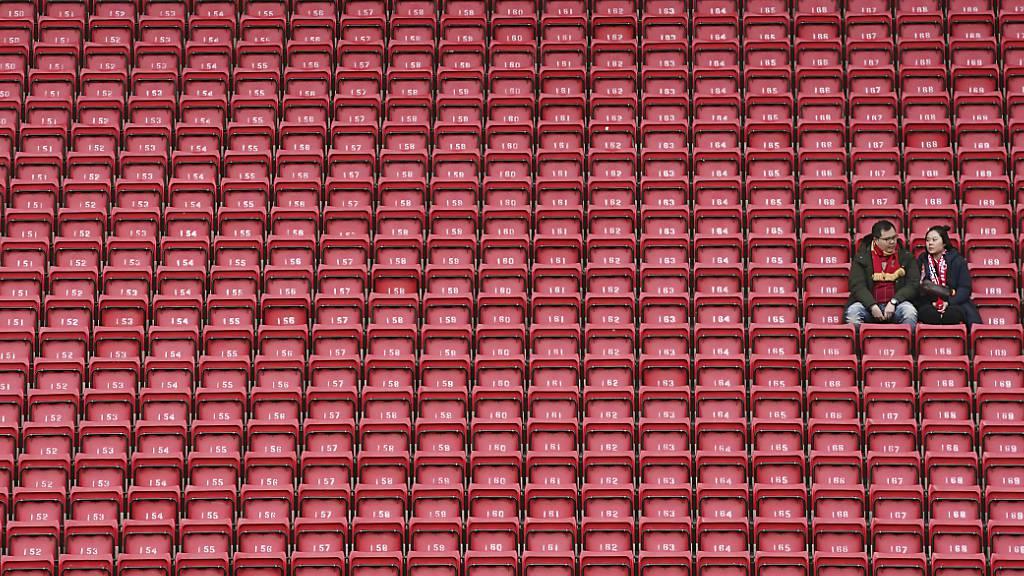 Die Fussballstadien in England bleiben auf unbestimmte Zeit leer