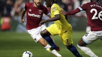 Vergeblich angerannt: Chelseas N'Golo Kanté kann sich gegen zwei West-Ham-Spieler nicht durchsetzen