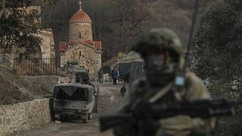 Ein Soldat aus Russland bewacht ein armenisches Kloster, nachdem eine Region in Berg-Karabach in aserbaidschanische Kontrolle übergeben wurde. Foto: Emrah Gurel/AP/dpa