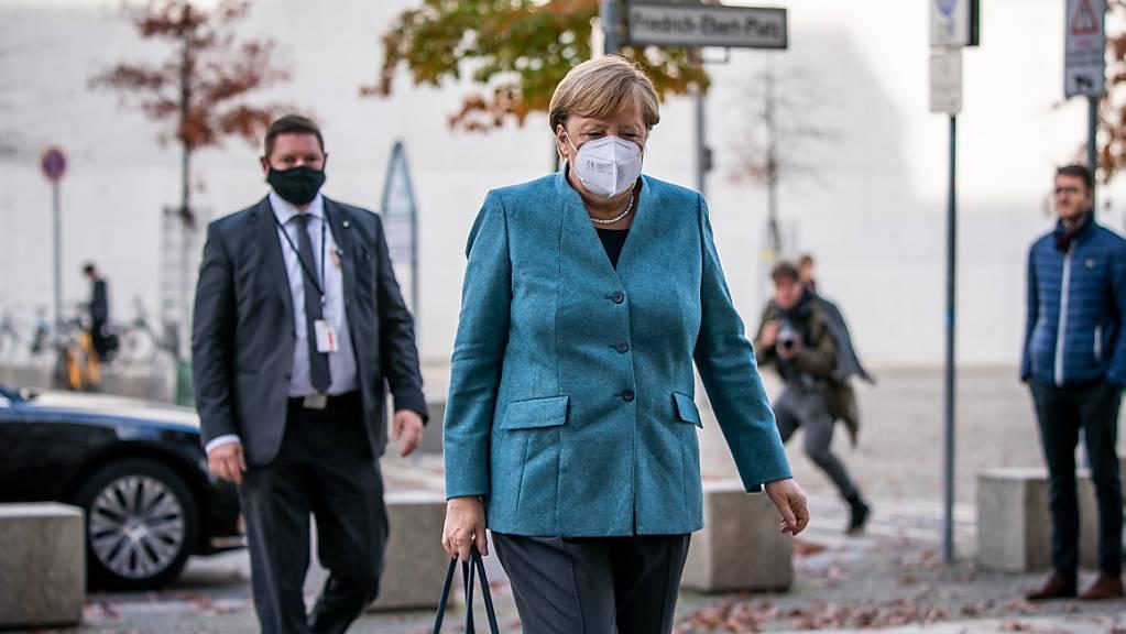 dpatopbilder - Bundeskanzlerin Angela Merkel (CDU) kommt mit Maske zur Sitzung der Unions-Bundestagsfraktion am Reichstagsgebäude an. Foto: Michael Kappeler/dpa