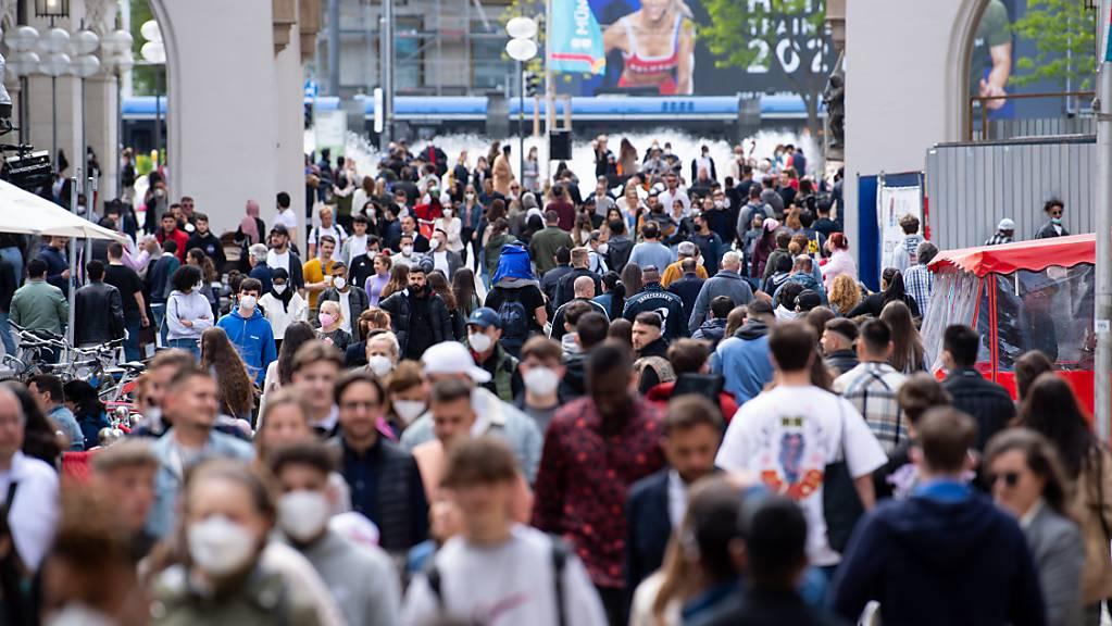 Zahlreiche Menschen spazieren durch die Fussgängerzone in der Münchner Innenstadt. (Archivbild)