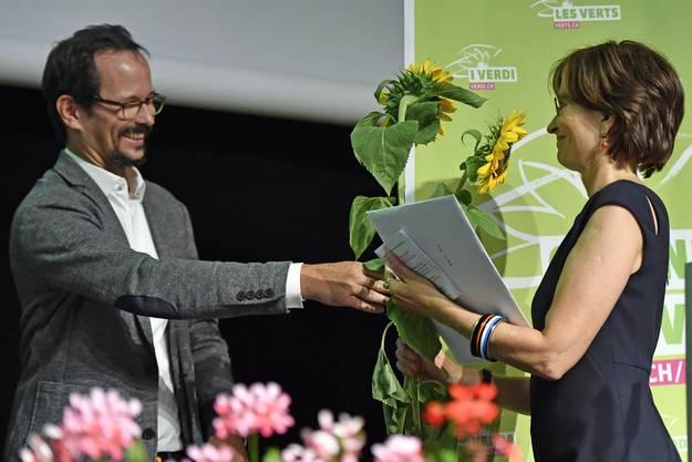 Grünen-Präsident Balthasar Glättli dankt seiner Vorgängerin Regula Rytz an der Delegiertenversammlung in Brugg mit Sonnenblumen.