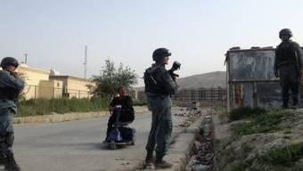 Afghanische Polizisten sichern die Umgebung des Kabuler Flughafens