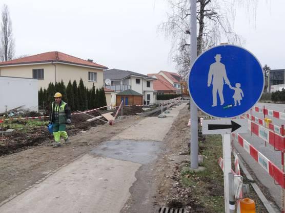 Das Trottoir an der Baslerstrasse in Laufenburg ist momentan eine Baupiste