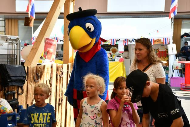 Impressionen vom zweiten Festwochenende vom Stadtfest Brugg 2019. Globi zu Besuch in der Beiz Lasso.