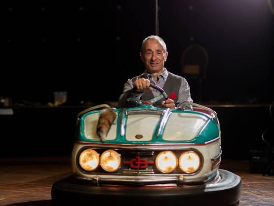 Johannes Muntwyler (55) posiert in einem Autoscooter-Wagen. Das Motto des neuen Programms des Circus Monti lautet Jahrmarkt.