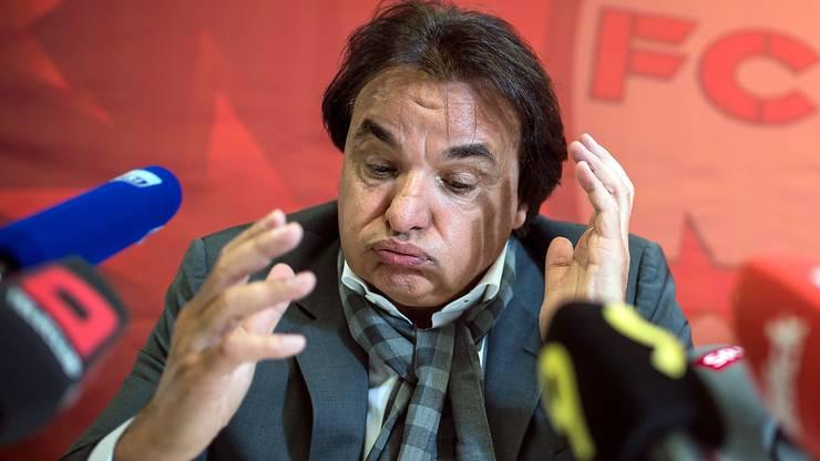 Constantin an der Medienkonferenz zu Prügelattacke gegen Rolf Fringer