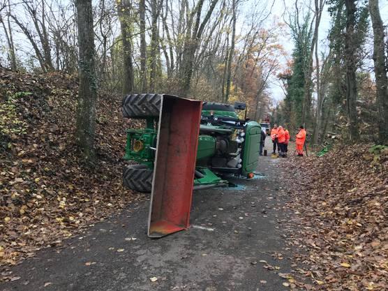 Ein 79-jähriger Bauer fuhr mit seinem Traktor auf einer Nebenstrasse bergwärts, als er über den rechten Strassenrand geriet, ein Waldbord hinauffuhr und der Traktor zur Seite kippte. Der Bauer wurde dabei eingeklemmt und verstarb nach vergeblichen Reanimierungsversuchen noch auf der Unfallstelle.