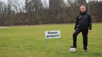 Der Fussball liegt bereit: FC-Präsident Rütimann ist froh, dass der Platz in wenigen Tagen wieder bespielt werden darf.