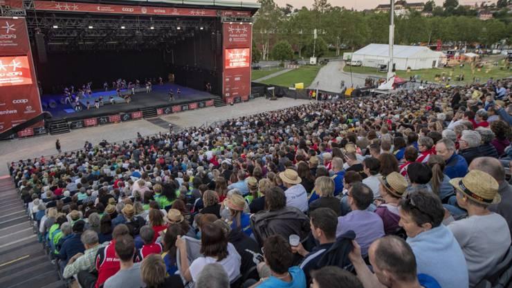Das Eidgenössische Turnfest ist am Donnerstagabend im Aarauer Schachen mit einer grossen Show eröffnet worden. 4000 Zuschauerinnen und Zuschauer verfolgten dabei die Darbietungen der 700 Mitwirkenden.