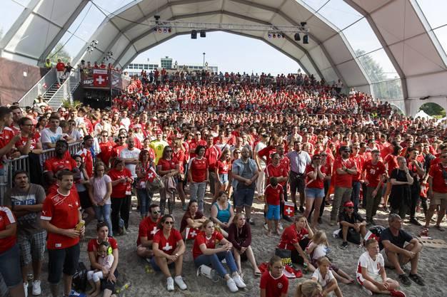 Der Dome auf dem Dornacherplatz erscheint in rot-weiss