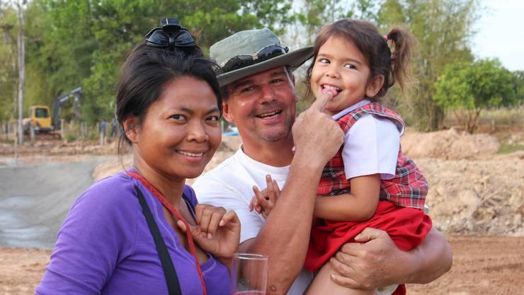 Ehefrau Vassana (38), Thomas Luescher (53) und Tochter Yaya (6).