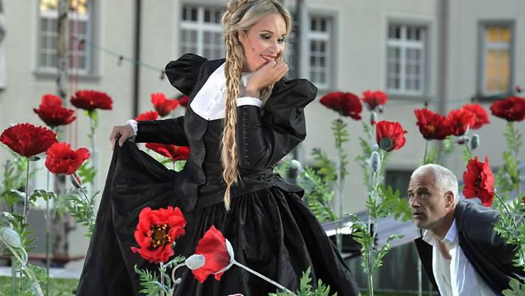 """Elena Maximova, links, in der Rolle der Marguerite in einer Probe zur Oper """"La Damnation de Faust"""" von Hector Berlioz 2012, auf dem Klosterplatz St. Gallen."""