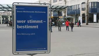 Bald ist es soweit: Zahlreiche Plakate erinnern die Bevölkerung in Dietikon an die kommende Abstimmung.