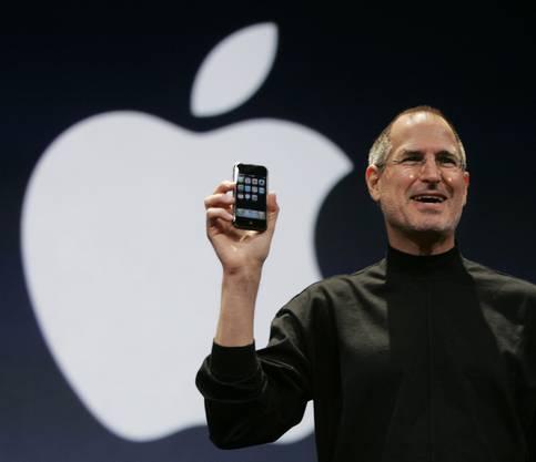 Was heute fast schon lächerlich wirkt, war damals revolutionär: 2 Megapixel-Kamera, bis zu 16GB Speichervolumen, Touchscreen und Internetverbindung per EDGE. In den ersten zwei Tagen wurden gut 270'000 iPhones verkauft.