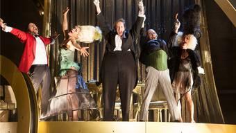 Erinnert ästhetisch an Herbert Fritschs aufgedrehte Dramen: «Das Sparschwein» als wilder Vaudeville mit energetischen Schauspielern. Simon Hallström