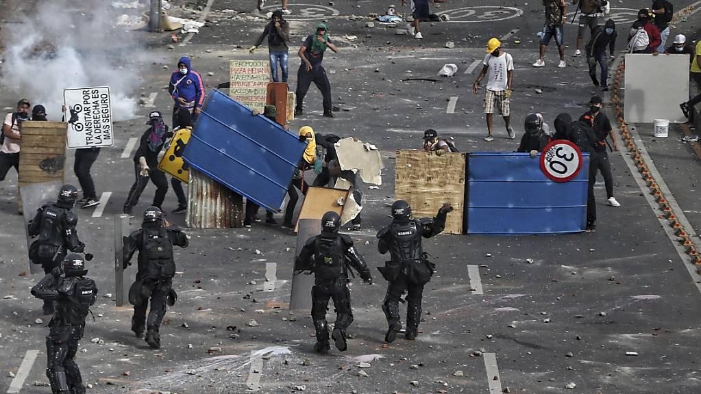 Demonstranten stossen mit der Polizei während eines nationalen Streiks in der kolumbianischen Stadt Cali gegen die Steuerreform zusammen.