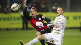 Das Bild zeigt ihn im Zweikampf mit Marco Schneuwly vom FC Luzern (29. November 2014 auf dem Brügglifeld).