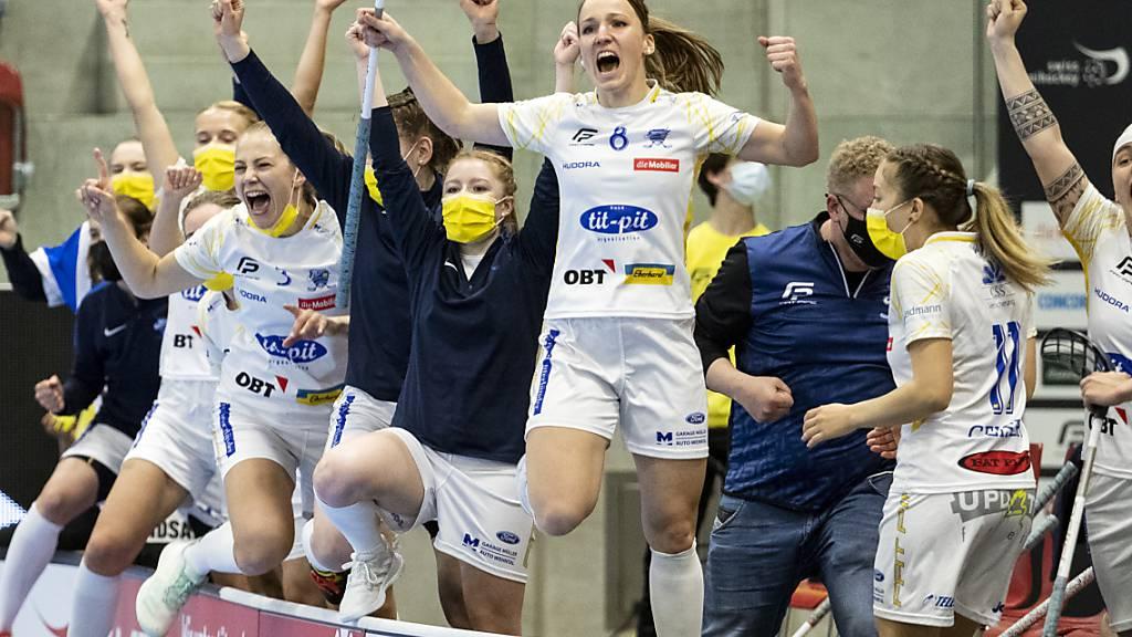Die Spielerinnen von Kloten-Dietlikon freuen sich über den Schweizer Meistertitel
