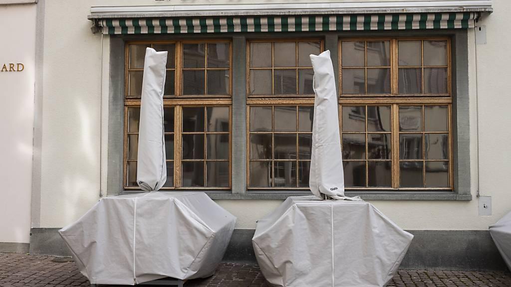 Restaurants sollen schon bald wieder öffnen können: Die Mehrheit der Gesundheitskommission des Nationalrats macht Druck auf den Bundesrat. (Themenbild)