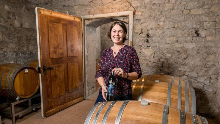 In diesem Keller wurden früher Kartoffeln gelagert. Judith Schödler zeigt ihren Villiger Adagio Cuvée Cabernet, der in diesen Holzfässern ausgebaut wurde.