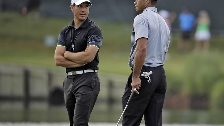 Tiger Woods und Schwungcoach Chris Como (links) arbeiteten seit 2014 zusammen