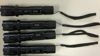 Die Grenzwächter stellten diese als Taschenlampen getarnten Elektroschocker sicher. Ein Jugendlicher führte sie in seinem Gepäck im Zug mit.