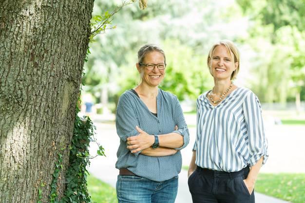 Pascale Contesse (l.), Projektleiterin bei der Stadtökologie, und Stadtoberförsterin Sarah Niedermann leiten die Aktionswochen.