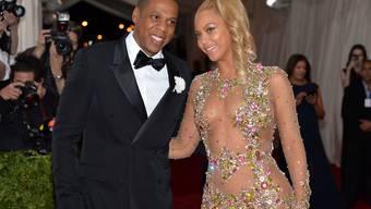 Jay Z (l) soll mit seiner Streamingfirma Tindal dafür gesorgt haben, dass seine Frau Beyoncé (r) dank manipulierter Download-Zahlen überproportional viel Tantiemen einstrich. Das behauptet jedenfalls eine norwegische Zeitung. (Archivbild)