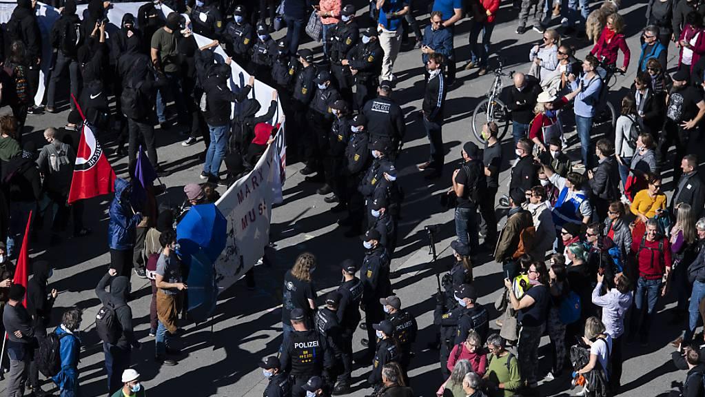 In Konstanz D soll am 20. Dezember keine weitere «Querdenker»-Demonstration stattfinden. Die Stadt hat die Veranstaltung verboten. Am 4. Oktober waren dort an einer Kundgebung Corona-Skeptiker und Gegendemonstranten aufmarschiert. (Archivbild)