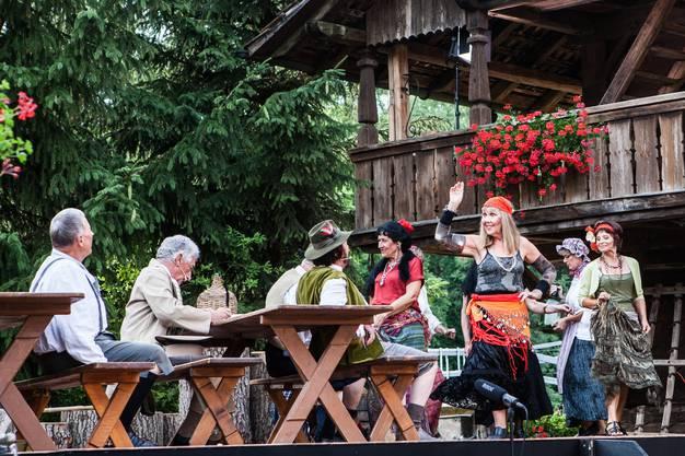 Im Innenhof der Wirtschaft Niesenberg feierte die Produktion «Das Wirtshaus zur SpassArt» des Operetten-Ensembles «Die Fledermäuse» eine glanzvolle Premiere.