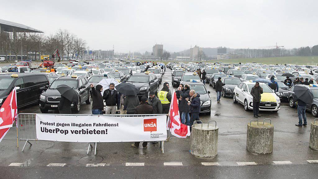 Hunderte Taxichauffeure versammelten sich in der Berner Allmend, um in einem Konvoi durch die Stadt Bern gegen den US-Fahrdienstanbieter Uber zu demonstrieren.