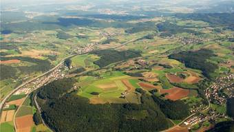 Die mögliche Fusionsgemeinde «Oberes Fricktal» erstreckt sich entlang der Autobahn von Hornussen über Bözen nach Effingen und umfasst auch Elfingen (oben links). (Archivbild)