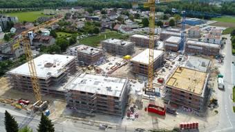 Am 1. April 2020 soll die Seniorenresidenz (vorne links im Bild) eröffnet werden. Die Mehrfamilienhäuser sollen auch im Frühjahr fertig werden.