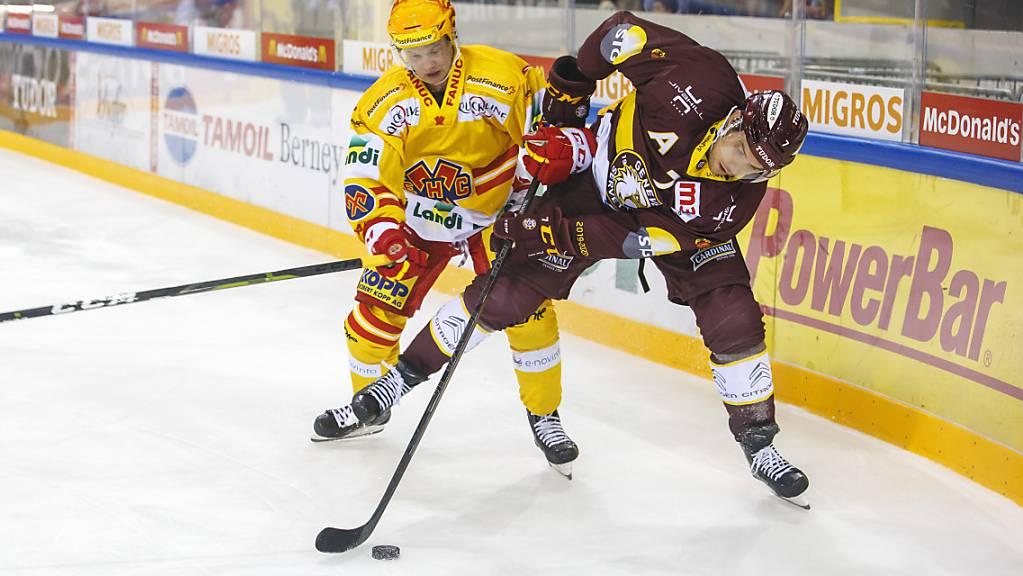 Biels Toni Rajala (links) gegen Henrik Tömmernes von Genève-Servette. Nach zwei Spielen hat Rajala bereits fünf Tore auf seinem Konto