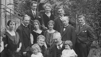 Ein Bild von traditioneller Bürgerlichkeit: Eine Basler Familie an der Hardstrasse, aufgenommen von Carl Hoffmann im Jahr 1923.
