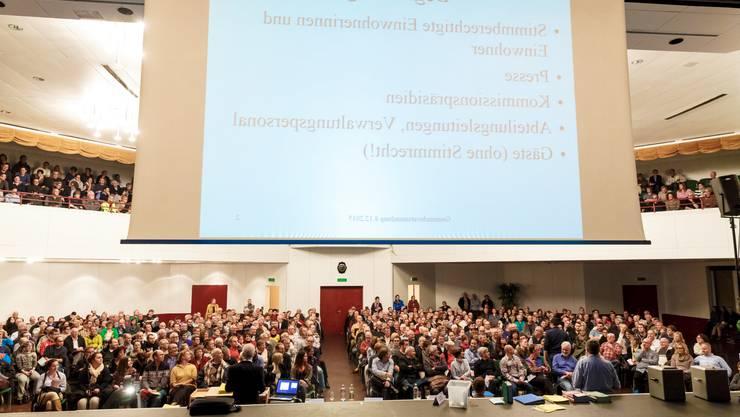Fast 600 Stimmberechtigte strömten an die Gemeindeversammlung Biberist in der Biberena.