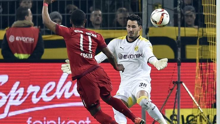 Dortmunds Schweizer Hüter Roman Bürki zeigt einen Glanzreflex gegen Bayerns Costa