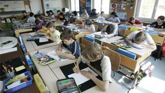 Blick in ein Nordwestschweizer Klassenzimmer. (Symbolbild)