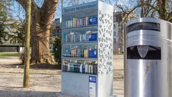 Das eine ist der Offene Bücherschrank, das andere ein Abfallkübel. Nur scheinen einige «Nutzer» das eine mit dem anderen zu verwechseln.