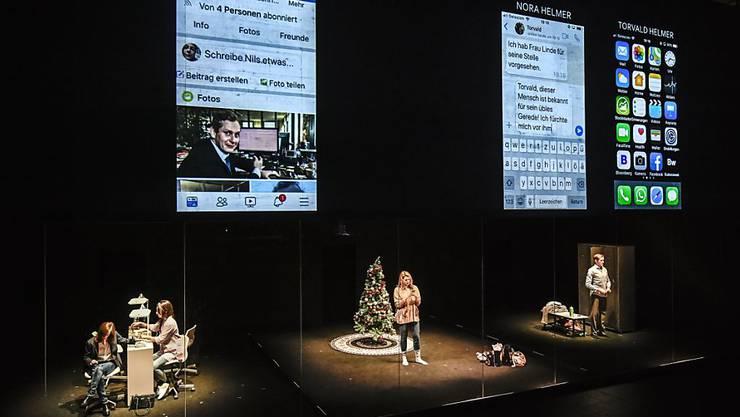 """Henrik Ibsens """"Nora oder Ein Puppenhaus"""" verkommt im Schauspielhaus Zürich zum Life-Chat. Premiere war am 16. November 2018."""