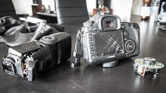Die Kamera des Fotografen ist völlig zerstört.