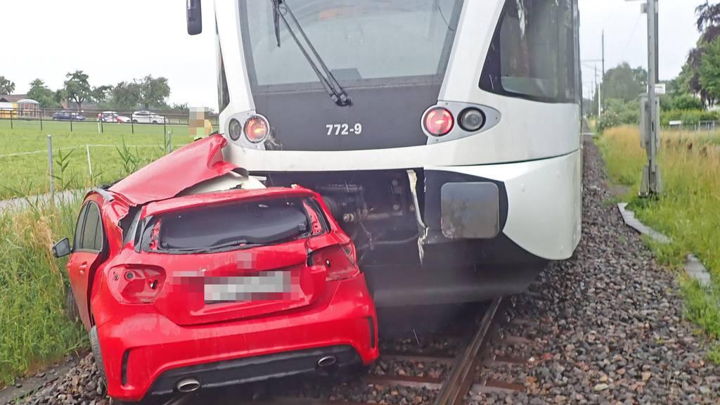 Zwischen Barrieren eingeschlossen – Zug rammt Auto